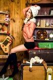 Muchacha sonriente en decoraciones de la Navidad Foto de archivo