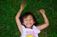 Muchacha sonriente en el césped Fotos de archivo