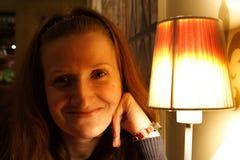 Muchacha sonriente en el café foto de archivo
