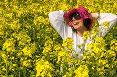 Muchacha sonriente en el campo del amarillo de la rabina Fotos de archivo libres de regalías