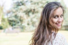 Muchacha sonriente en el parque Foto de archivo libre de regalías