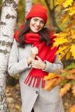 Muchacha sonriente en el parque Estación del otoño Fotografía de archivo libre de regalías