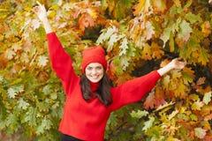 Muchacha sonriente en el parque Estación del otoño Imagen de archivo