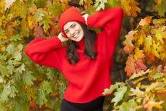 Muchacha sonriente en el parque Estación del otoño Imagen de archivo libre de regalías