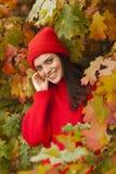 Muchacha sonriente en el parque Estación del otoño Fotos de archivo libres de regalías