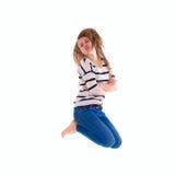 Muchacha sonriente en el salto en blanco blanco de la camiseta Fotos de archivo libres de regalías