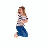 Muchacha sonriente en el salto en blanco blanco de la camiseta Fotografía de archivo libre de regalías