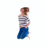 Muchacha sonriente en el salto en blanco blanco de la camiseta Fotos de archivo