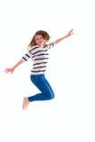 Muchacha sonriente en el salto en blanco blanco de la camiseta Imagen de archivo libre de regalías