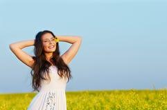 Muchacha sonriente en el verano al aire libre Imagen de archivo libre de regalías