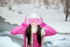 Muchacha sonriente en fondo del invierno de la nieve Fotos de archivo