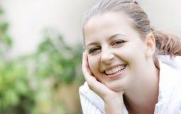 Muchacha sonriente en fondo natural Fotografía de archivo