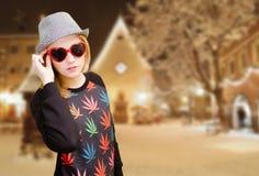 Muchacha sonriente en gafas de sol que llevan punteadas del sombrero encendido Imagenes de archivo