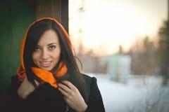 Muchacha sonriente en hijab anaranjado imagenes de archivo