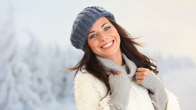 Muchacha sonriente en invierno almacen de metraje de vídeo