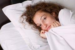 Muchacha sonriente en la cama imagen de archivo libre de regalías