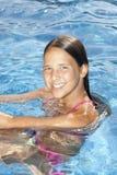 Muchacha sonriente en la piscina Fotos de archivo