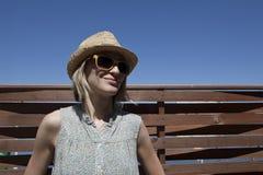 Muchacha sonriente en la playa Fotos de archivo libres de regalías