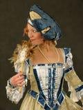 Muchacha sonriente en la ropa polaca del siglo 16 con el espejo-ventilador Imagen de archivo libre de regalías