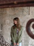 Muchacha sonriente en las escaleras de la vendimia Imagenes de archivo