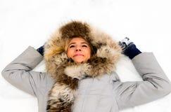 Muchacha sonriente en nieve Fotografía de archivo