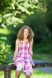 Muchacha sonriente en parque Imagen de archivo libre de regalías