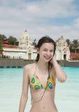 Muchacha sonriente en parque del agua Imagen de archivo libre de regalías