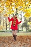 Muchacha sonriente en parque del otoño Imagen de archivo