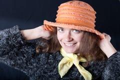 Muchacha sonriente en sombrero anaranjado Foto de archivo libre de regalías