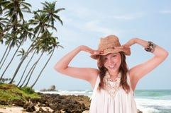 Muchacha sonriente en sombrero de paja Fotos de archivo