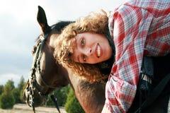 Muchacha sonriente en su caballo Fotografía de archivo libre de regalías