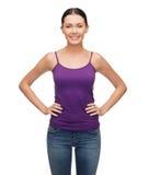 Muchacha sonriente en top sin mangas púrpura en blanco Imagen de archivo libre de regalías