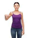Muchacha sonriente en top sin mangas púrpura en blanco Fotografía de archivo