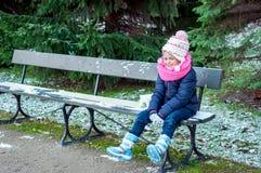 Muchacha sonriente en un banco fotos de archivo