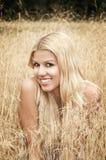 Muchacha sonriente en un campo Fotografía de archivo libre de regalías