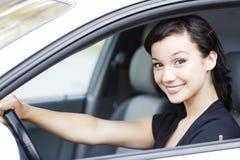 Muchacha sonriente en un coche imagen de archivo libre de regalías