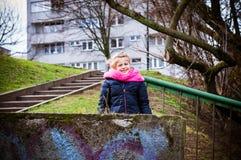Muchacha sonriente en una ciudad imagen de archivo libre de regalías