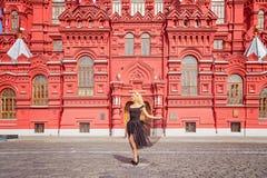 Muchacha sonriente en vestido hermoso en Plaza Roja Foto de archivo libre de regalías