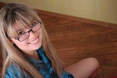 Muchacha sonriente en vidrios Fotos de archivo