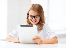 Muchacha sonriente en vidrios con PC de la tableta en la escuela Fotografía de archivo libre de regalías