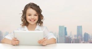 Muchacha sonriente feliz con el ordenador de la PC de la tableta Foto de archivo libre de regalías