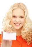 Muchacha sonriente feliz con el papel en blanco Fotos de archivo libres de regalías