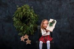 Muchacha sonriente feliz con la caja de regalo de la Navidad fotografía de archivo