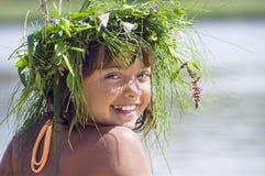 Muchacha sonriente feliz con la guirnalda fotografía de archivo libre de regalías