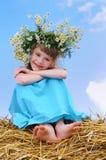 Muchacha sonriente feliz con la guirnalda de la manzanilla Imagen de archivo