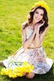 Muchacha sonriente feliz con las flores amarillas Fotos de archivo libres de regalías