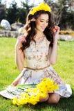 Muchacha sonriente feliz con las flores amarillas Imagenes de archivo