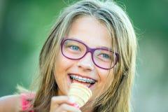 Muchacha sonriente feliz con los apoyos y los vidrios dentales Apoyos y vidrios de los dientes de la muchacha que llevan rubia ca Foto de archivo libre de regalías