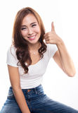 Muchacha sonriente feliz con los pulgares encima del gesto, aislado en el CCB blanco Fotografía de archivo libre de regalías