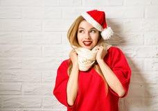 Muchacha sonriente feliz de la Navidad en ropa roja del invierno Foto de archivo